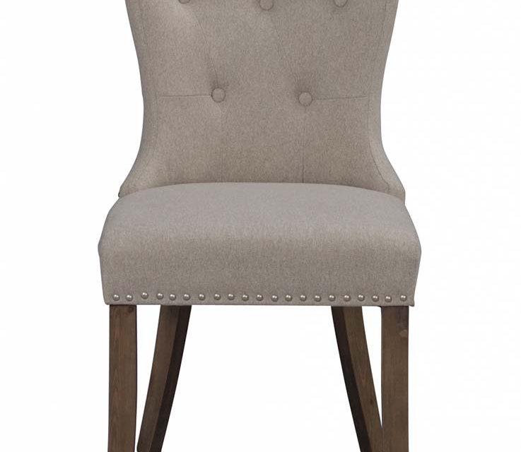 Adele spisebordsstol – beige stof m. træben, sølvnitter