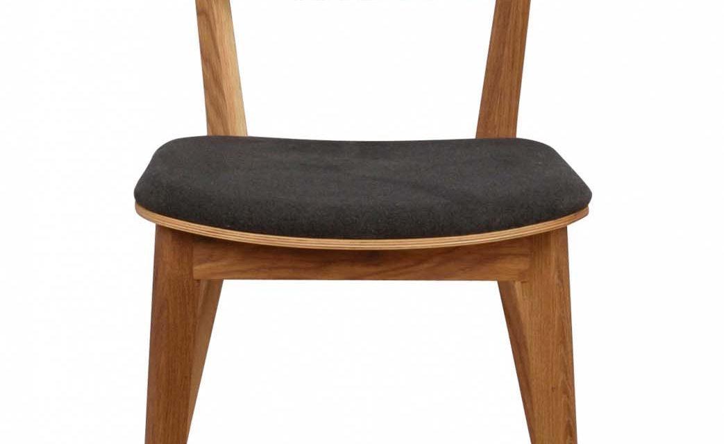 Cato spisebordsstol – mørkegråt stof og lakeret eg