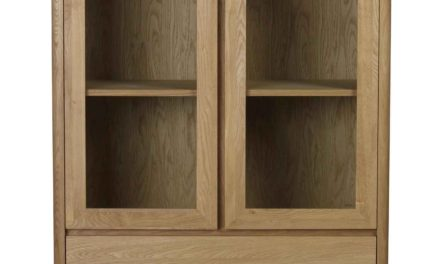 Yumi vitrineskab – Lakeret egetræ, 2 låger/2 skuffer
