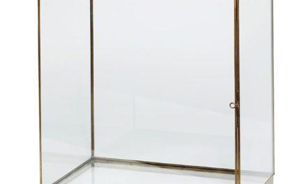 Messing og glas montre fra Hübsch til dit hjem