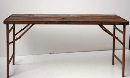 TRADEMARK LIVING Lækkert spisebord i træ med skøn patina