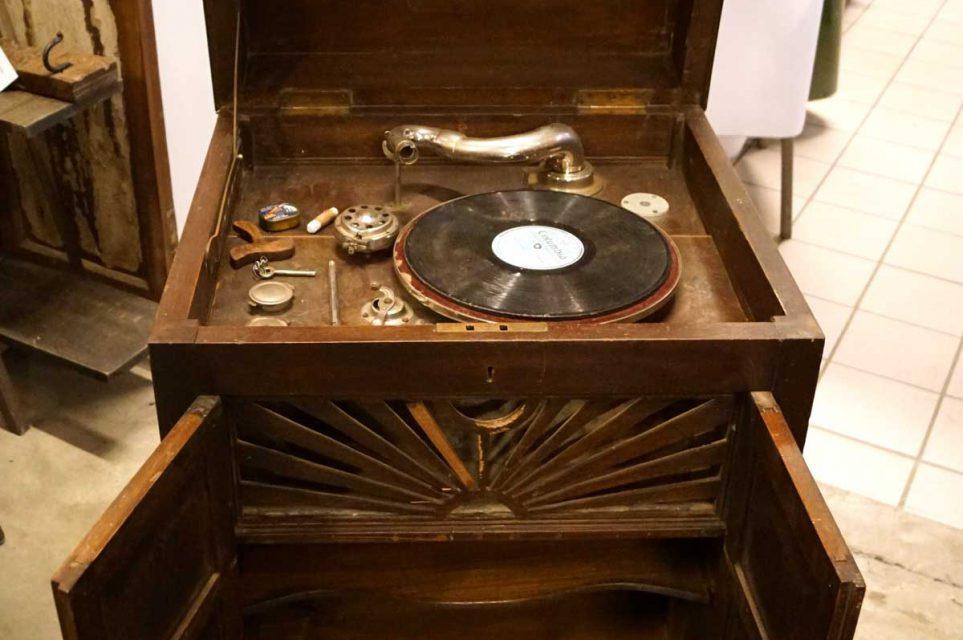 TRADEMARK LIVING Gammel grammofonspiller i møbel – mørkt træ