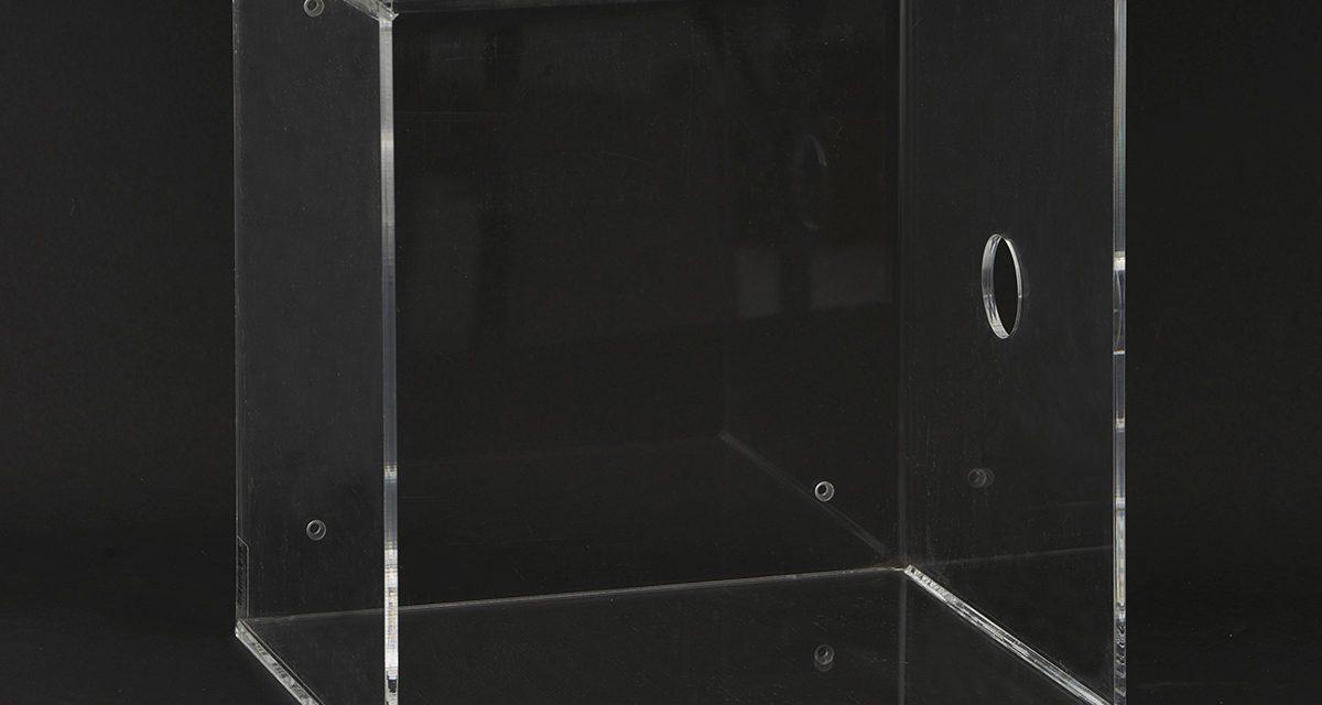 Moderne klar kasse til ophæng i plexiglas fra det kendte brand House Doctor