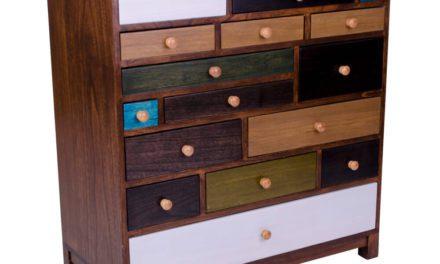 HOUSE NORDIC Prato kommode i træ med 17 farvede skuffer.