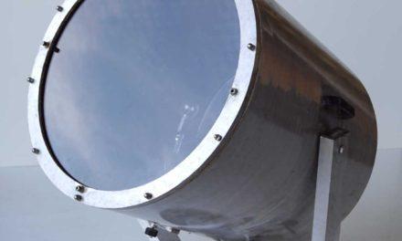 TRADEMARK LIVING Stor gammel projektør gulvlampe – jern med patina