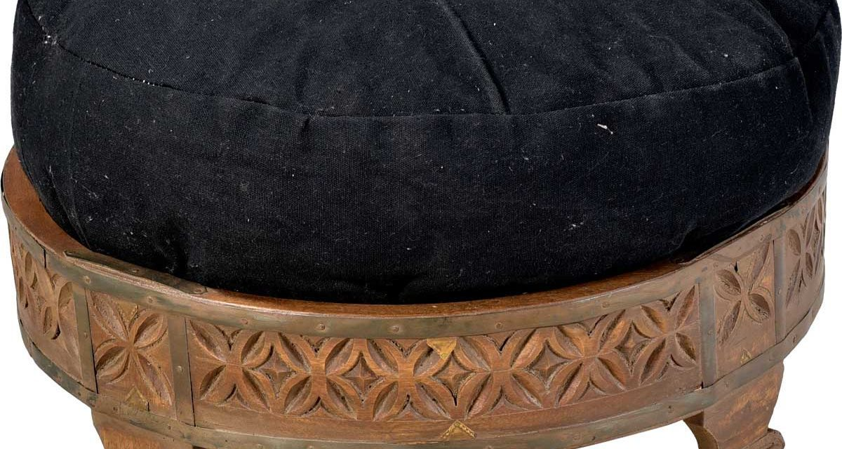 TRADEMARK LIVING Puf – sort stof og træben – indisk handicraft