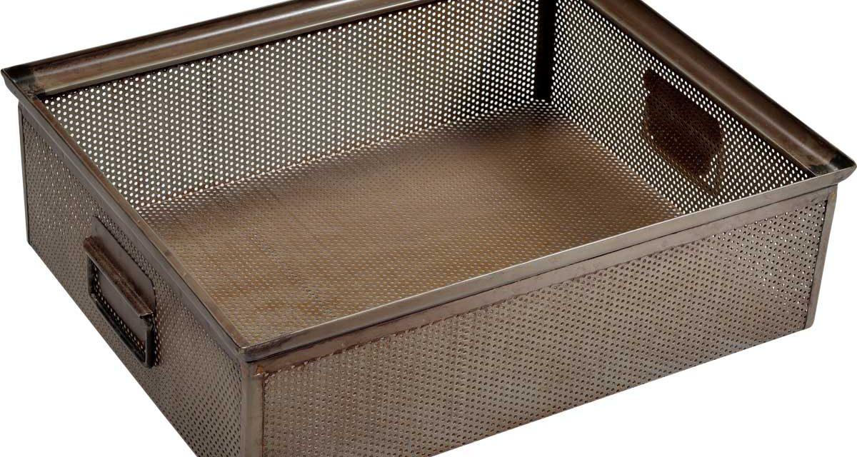 TRADEMARK LIVING Stor kasse i perforeret jern – jern med klar lak