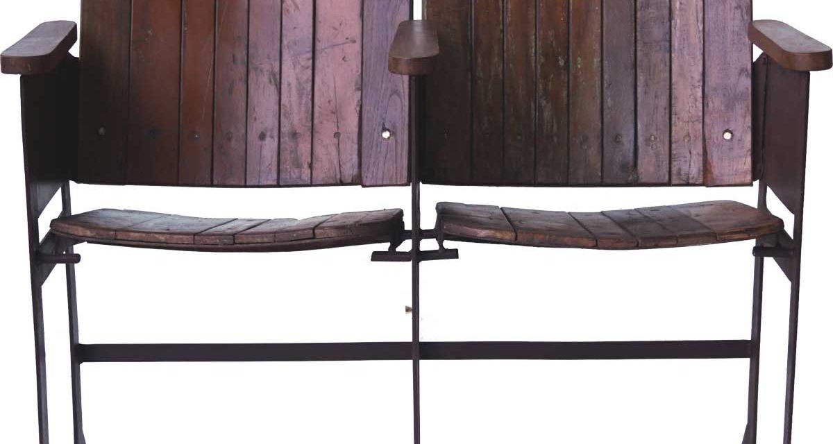 TRADEMARK LIVING Gammel vintage biografbænk i træ – 2 sæder
