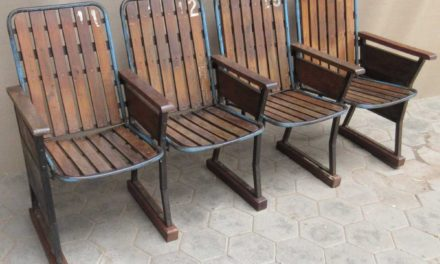 TRADEMARK LIVING Gammel vintage biografbænk i træ – 4 sæder