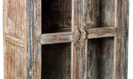 TRADEMARK LIVING Vitrineskab i træ og med en rå patina