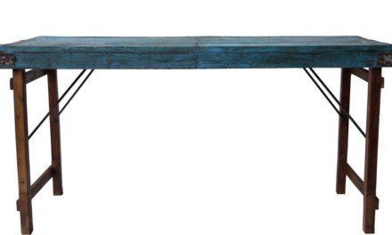 TRADEMARK LIVING Lækkert spisebord i træ med skøn blå bordplade