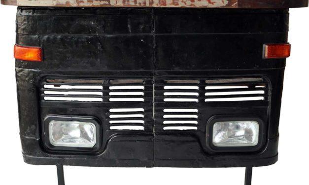 TRADEMARK LIVING Cool bar med et råt udtryk – front fra gammel lastbil