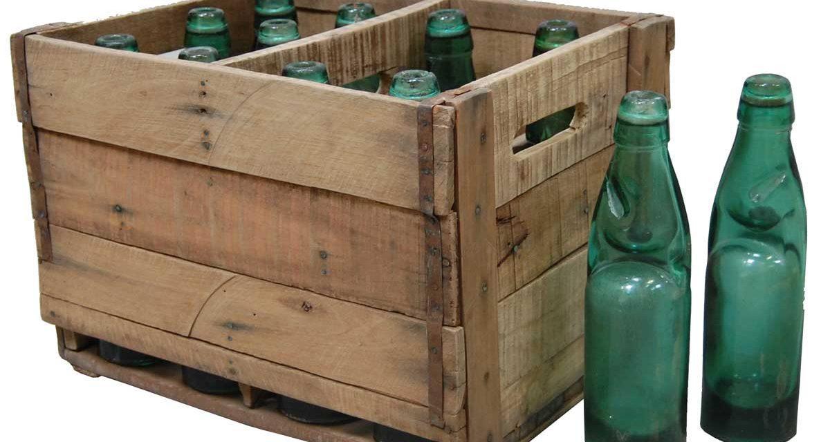 TRADEMARK LIVING Trækasse med gamle flasker