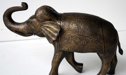 TRADEMARK LIVING Stor smuk indisk elefant belagt med graveret messing