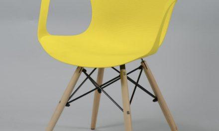 Gul Plast Og Træ spisebordsstol med naturtræben fra Furbo til dit hjem