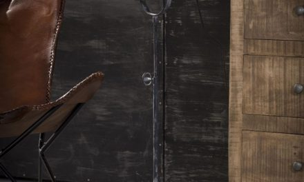FURBO Gulvlampe, patineret grå metal, skærm i massiv mango træ
