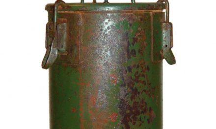 TRADEMARK LIVING Militærbox loftpendel – mørkegrønt jern med patina