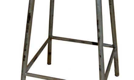 TRADEMARK LIVING Jernskammel med træsæde – høj