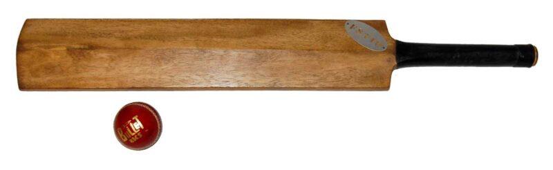 TRADEMARK LIVING Cricket bat med bold
